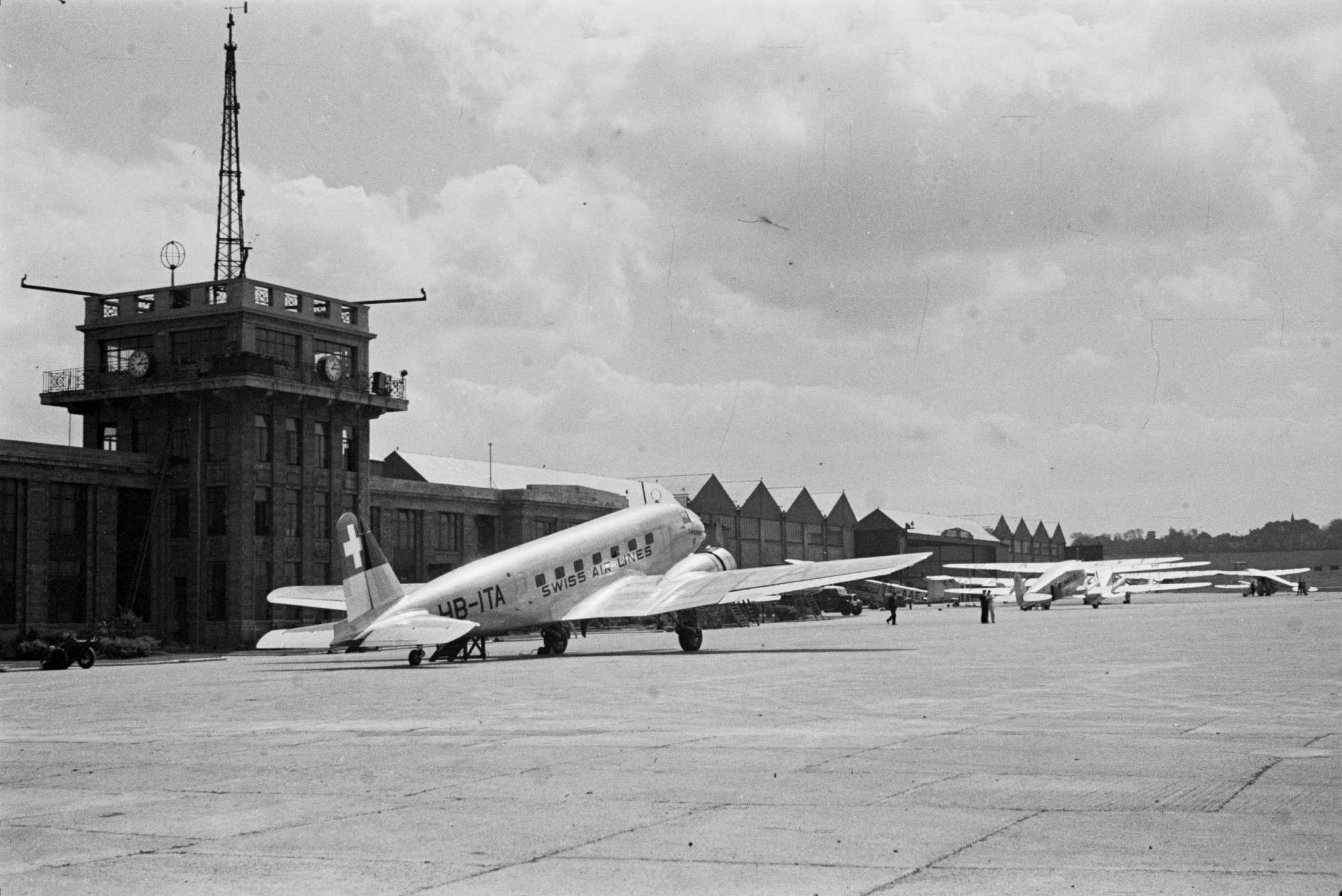 Flughafen London Croydon, Swiss Air Lines DC-2 HB-ITA, De Havilland DH.89 Dragon Rapide